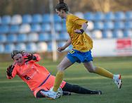FODBOLD: Emma Jensen (Herlufsholm GF) griber ind foran Ika Nimb (Ølstykke FC) under kampen i Sjællandsserien mellem Ølstykke FC og Herlufsholm GF den 9. april 2019 på Ølstykke Stadion. Foto: Claus Birch