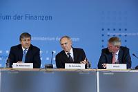 04 MAY 2010, BERLIN/GERMANY:<br /> Josef Ackermann (L), Vorstandsvorsitzender Deutsche Bank AG, Wolfgang Schaeuble (M), CDU, Bundesfinanzminister, und Wolfgang Kirsch (R), Vorstandsvorsitzender DZ Bank AG, Pressekonferenz nach einem Gespraech von Vertretern deutscher Bankinstitute mit Schaeuble zu Stuetzung Griechenlands in der Finanzkrise<br /> IMAGE: 20100504-01-037<br /> KEYWORDS: Wolfgang Schäuble, Staatsbankrott