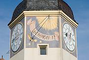 Burg zu Burghausen, fünfter Vorhof mit Uhrturm, Uhr und Sonnenuhr, Bayern, Deutschland.. | ..Burghausen Castle, clock tower, Bavaria, Germany