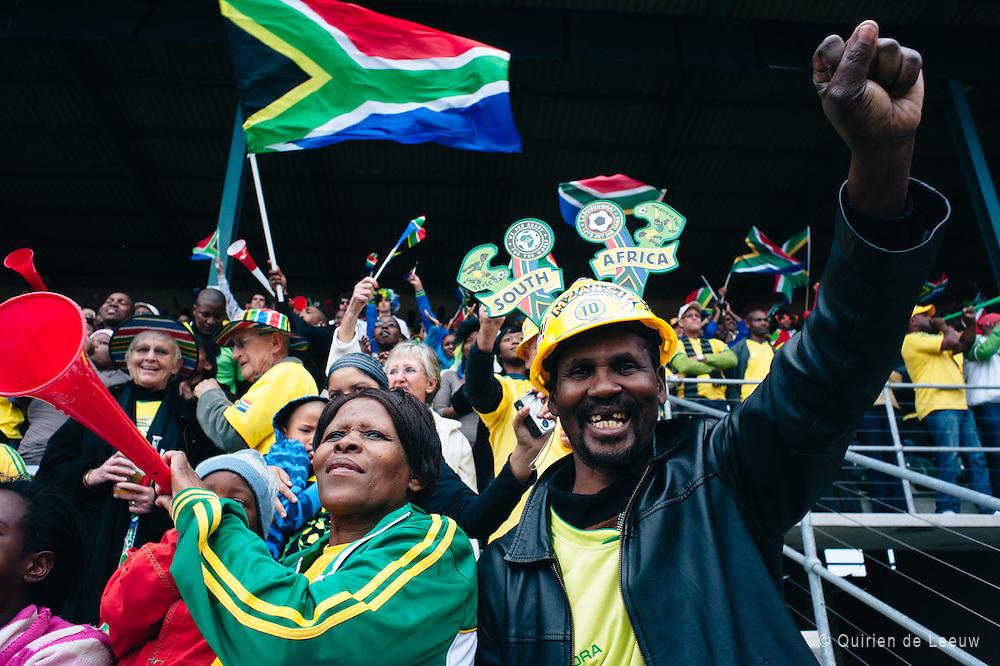 Juigende voetbalsupporters tijdens een wedstrijd van het Zuid Afrikaanse voetbal team de Bafana's