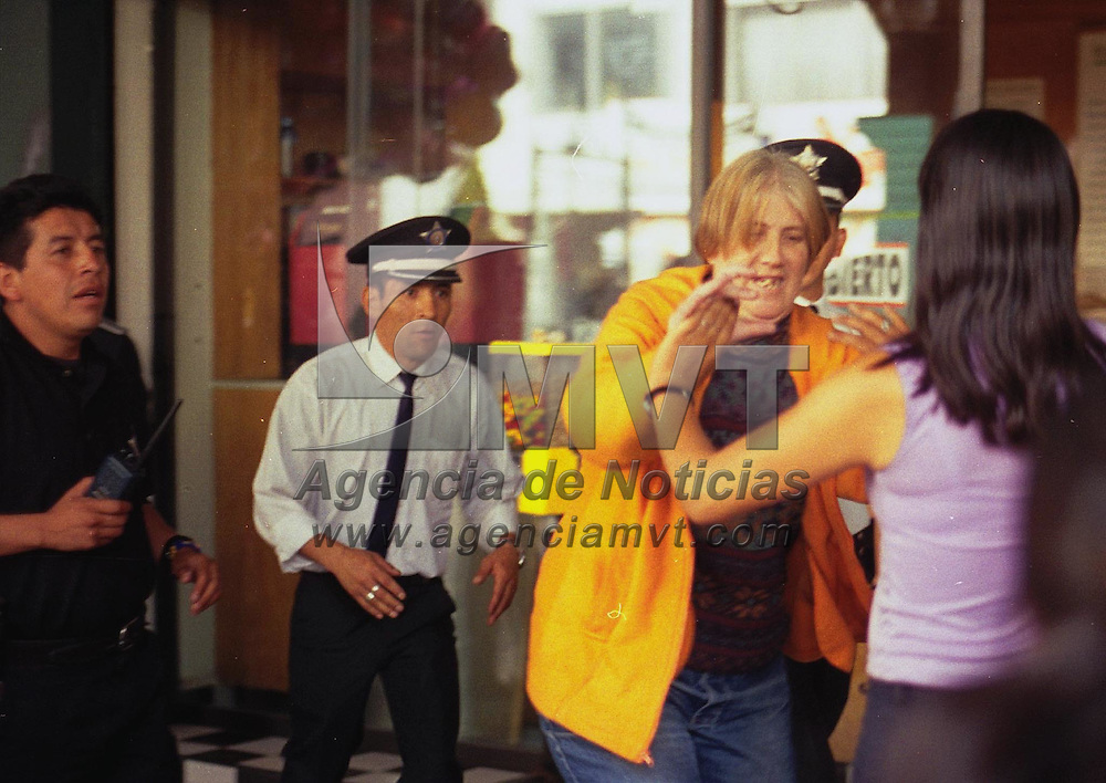 Toluca, M&eacute;x.- Un mujer acusada de robo trata de golpear a la empleada de mostrador de una tienda de regalos en plano centro de esta ciudad, policias municipales impiden la agresion a la parte acusadora. Agencia MVT / H. Vazquez E. (FILM)<br /> <br /> NO ARCHIVAR - NO ARCHIVE