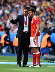 Wales Manager Chris Coleman briefs Hal Robson-Kanu of Wales  - Mandatory by-line: Joe Meredith/JMP - 25/06/2016 - FOOTBALL - Parc des Princes - Paris, France - Wales v Northern Ireland - UEFA European Championship Round of 16