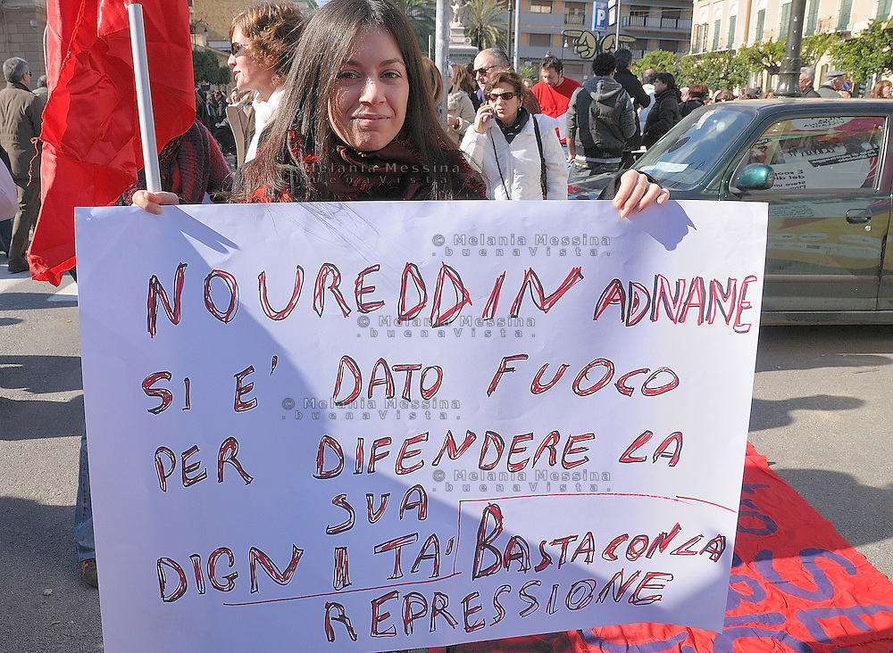 protest of women against Berlusconi and in defense of female dignity: the woman of the picture also protests claiming rights for immigrated people. manifestazione del 13 febbraio in difesa della dignità delle donne, la donna della foto vuole ricordare la tragica morte del venditore ambulante marocchino, suicidatosi a Palermo.