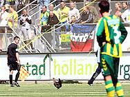 18-05-2008 Voetbal:ADO DEN HAAG:RKC Waalwijk:Waalwijk<br /> ADO Den Haag promoveert naar de eredivisie. De traditionele haan die het veld op wordt gegooid<br /> Foto: Geert van Erven