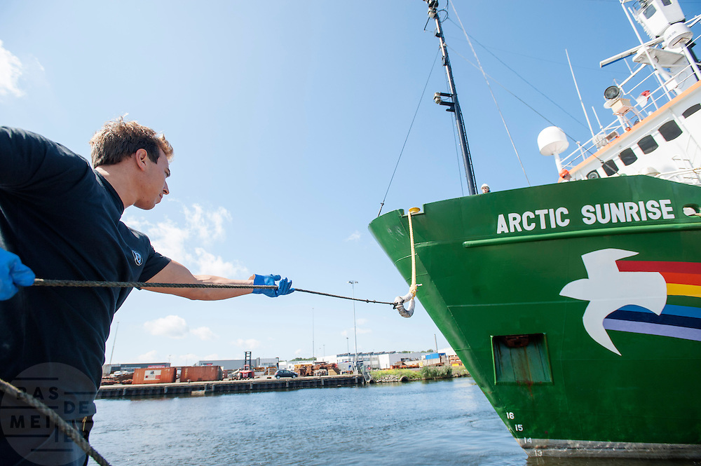 De Arctic Sunrise is aangemeerd in Beverwijk. In IJmuiden is de Arctic Sunrise, het schip van milieuorganisatie Greenpeace dat een jaar door Rusland in beslag is genomen, aangekomen. De voormalige ijsbreker wordt in Amsterdam uit het water gehaald en opgeknapt omdat het gehavend is geraakt toen het aan de ankers lag. De boot van de milieuorganisatie is september 2013 door de Russen geënterd en de bemanningsleden vastgezet op verdenking van piraterij. Greenpeace voerde actie bij een boorplatform in de Barentszzee. Als het schip weer is gerepareerd, wil de milieubeweging weer campagnes houden met de Artic Sunrise.<br />