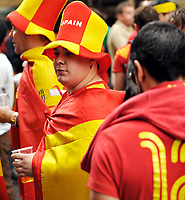GEPA-2606087312 - WIEN,AUSTRIA,26.JUN.08 - FUSSBALL - UEFA Europameisterschaft, EURO 2008, Host City Fan Zone, Fanmeile, Fan Meile, Public Viewing. Bild zeigt Spanien-Fans am Stephansplatz. <br />