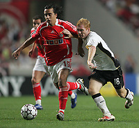 Photo: Lee Earle.<br /> Benfica v Manchester United. UEFA Champions League, Group F. 26/09/2006. United's Paul Scholes (R) battles with Paulo Jorge.