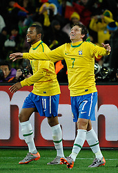 15.06.2010, Ellis Park, Johannesburg, RSA, FIFA WM 2010, Brasilien vs Nordkorea im Bild ELANO feiert mit ROBINHO sein Tor zum 2 zu 0 über Nordkorea / SPORTIDA PHOTO AGENCY