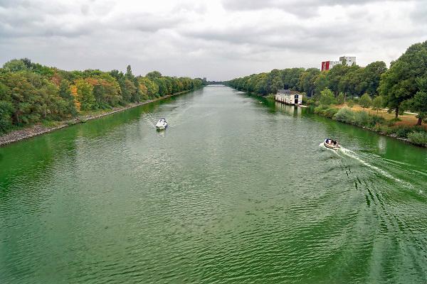 Nederland, Nijmegen, 15-8-2018Groen water in kanaal . Door het warme weer en doordat de doorstroming in het MaasWaal kanaal erg laag is vanwege de lage waterstand in de maas en waal is het water groen gekleurd door de algen . Het is blauwalg die bij regenval en lagere temperaturen vanzelf verdwijnt . Het kanaal is verboden om in te zwemmen dus wordt er geen aperte waarschuwing voor afgegeven.Foto: Flip Franssen