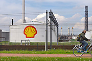 Nederland, Rotterdam, 12-5-2017Olietanks op het terrein van de raffinaderij van Shell bij Pernis.Foto: Flip Franssen