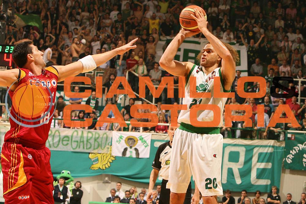 DESCRIZIONE : Siena Lega A1 2007-08 Playoff Finale Gara 2 Montepaschi Siena Lottomatica Virtus Roma <br /> GIOCATORE : Shaun Stonerook<br /> SQUADRA : Montepaschi Siena <br /> EVENTO : Campionato Lega A1 2007-2008 <br /> GARA : Montepaschi Siena Lottomatica Virtus Roma <br /> DATA : 05/06/2008 <br /> CATEGORIA : tiro<br /> SPORT : Pallacanestro <br /> AUTORE : Agenzia Ciamillo-Castoria/E.Castoria<br /> Galleria : Lega Basket A1 2007-2008 <br /> Fotonotizia : Siena Campionato Italiano Lega A1 2007-2008 Playoff Finale Gara 2 Montepaschi Siena Lottomatica Virtus Roma <br /> Predefinita :