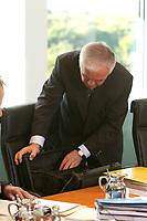 15 OCT 2003, BERLIN/GERMANY:<br /> Manfred Stolpe, SPD, Bundesverkehrsminister, sucht etwas in seinem Aktenkoffer, vor Beginn der Kabinettsitzung, Kabinettsaal, Bundeskanzleramt<br /> IMAGE: 20031015-01-010<br /> KEYWORDS: Kabinett, Sitzung, Aktentasche, Koffer