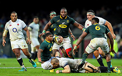 Mike Brown of England looks to tackle Warrick Gelant of South Africa- Mandatory by-line: Steve Haag/JMP - 23/06/2018 - RUGBY - DHL Newlands Stadium - Cape Town, South Africa - South Africa v England 3rd Test Match, South Africa Tour