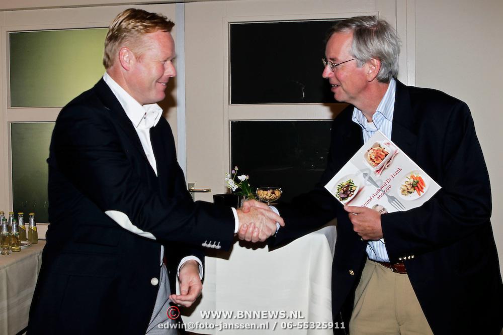 NLD/Naarden/20100602 - Voetbaltrainer Ronald Koeman reikt 200.000 dieetboek uit aan Dr. Frank in Naarden