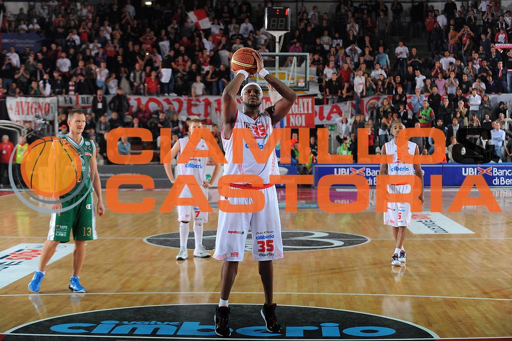 DESCRIZIONE : Varese Lega A 2010-11 Cimberio Varese Montepaschi Siena<br /> GIOCATORE : Ronald Slay<br /> SQUADRA : Cimberio Varese<br /> EVENTO : Campionato Lega A 2010-2011<br /> GARA : Cimberio Varese Montepaschi Siena<br /> DATA : 30/10/2010<br /> CATEGORIA : Tiro Libero Finale<br /> SPORT : Pallacanestro<br /> AUTORE : Agenzia Ciamillo-Castoria/A.Dealberto<br /> Galleria : Lega Basket A 2010-2011<br /> Fotonotizia : Varese Lega A 2010-11 Cimberio Varese Montepaschi Siena<br /> Predefinita :