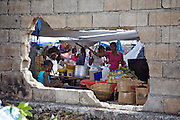 Aux abords du boulevard Delmas à Port-au-Prince, un marché s'est installé dans les décombres d'un bâtiment détruit par le tremblement de terre de janvier 2010.