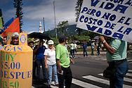 Miembros de organizaciones sociales protestan sabado Junio 13,2010 en San Salvador, El Salvador contra las medidas que el gobierno de Mauricio Funes impulsa como la eliminación del subsidio al gas propano en el cual las clases medias se estan siendo afectadas  .(IL Photo/ Edgar Romero.