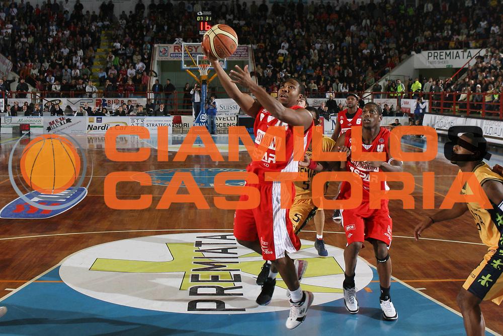 DESCRIZIONE : Porto San Giorgio Lega A1 2007-08 Premiata Montegranaro Scavolini Spar Pesaro <br /> GIOCATORE : Michael Hicks <br /> SQUADRA : Scavolini Spar Pesaro <br /> EVENTO : Campionato Lega A1 2007-2008 <br /> GARA : Premiata Montegranaro Scavolini Spar Pesaro <br /> DATA : 21/10/2007 <br /> CATEGORIA : Tiro <br /> SPORT : Pallacanestro <br /> AUTORE : Agenzia Ciamillo-Castoria/G.Ciamillo