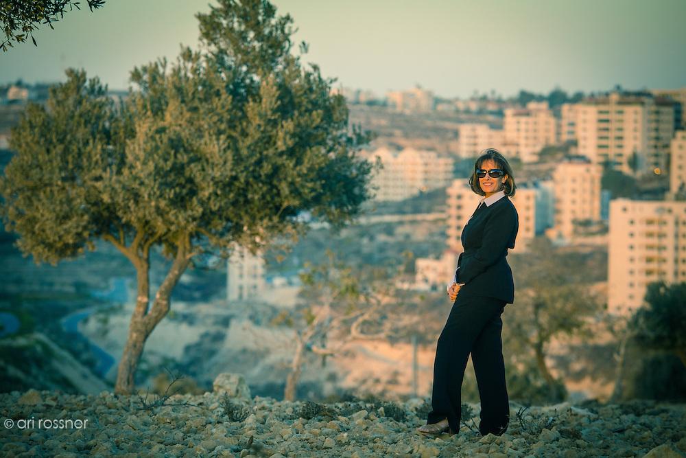 Amal Masri, editrice palestinienne sur un terrain vague près de son entreprise