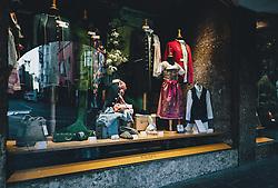 24.03.2020, Innsbruck, AUT, Coronaviruskrise, Österreich, im Bild die leere Altstadt spiegelt sich in einem Schaufenster mit Tiroler Tracht während der Coronavirus Pandemie // the empty old town is reflected in a shop window with Tyrolean traditional dress during the Coronavirus pandemic, Innsbruck, Austria on 2020/03/24. EXPA Pictures © 2020, PhotoCredit: EXPA/ JFK
