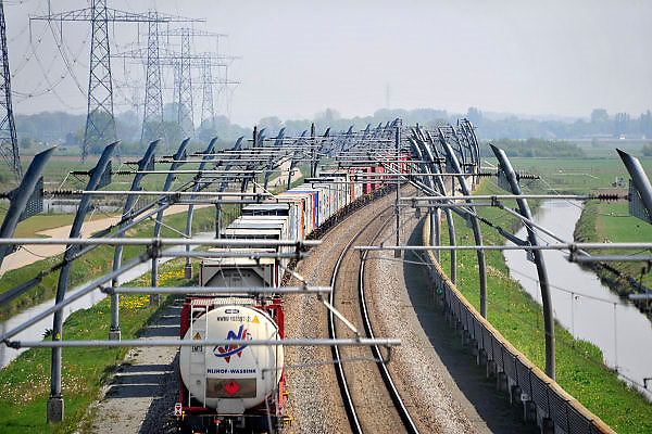 Nederland, Bemmel, 2-4-2012Een goederentrein rijdt over de betuweroute.De treinen moeten in Duitsland op het bestaande spoor, waardoor vertraging ontstaat.Foto: Flip Franssen/Hollandse Hoogte