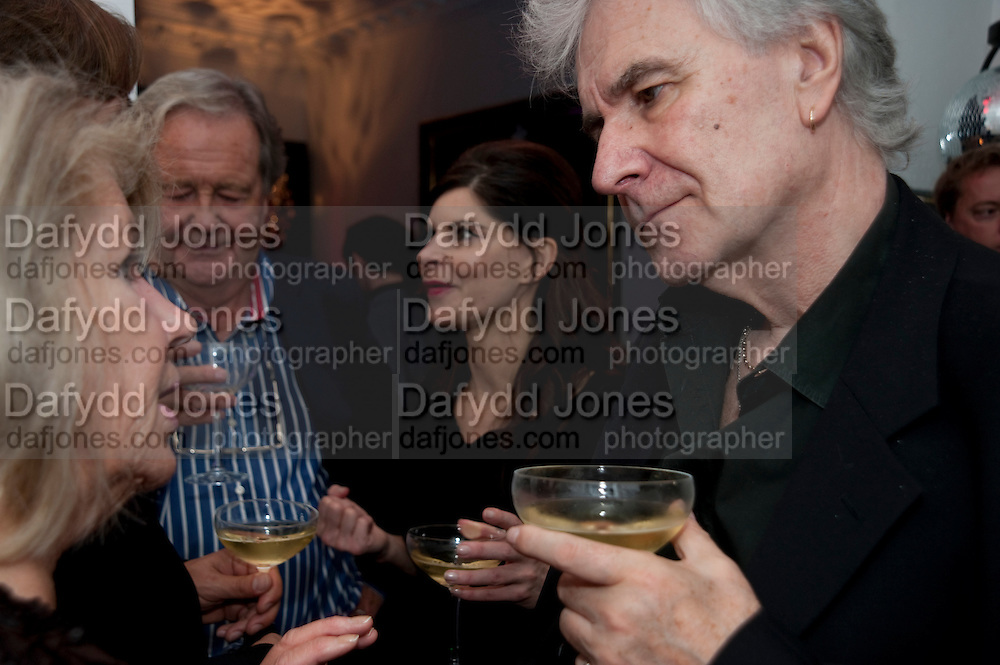 JUSTINE GLENTON; IAN GLENTON; LYALL WATSON, Party at the home of Amanda Eliasch in Chelsea after the opening of As I Like it. A memory by Amanda Eliasch and Lyall Watson. Chelsea Theatre. Worl's End. London. 4 July 2010<br /> <br />  , -DO NOT ARCHIVE-© Copyright Photograph by Dafydd Jones. 248 Clapham Rd. London SW9 0PZ. Tel 0207 820 0771. www.dafjones.com.