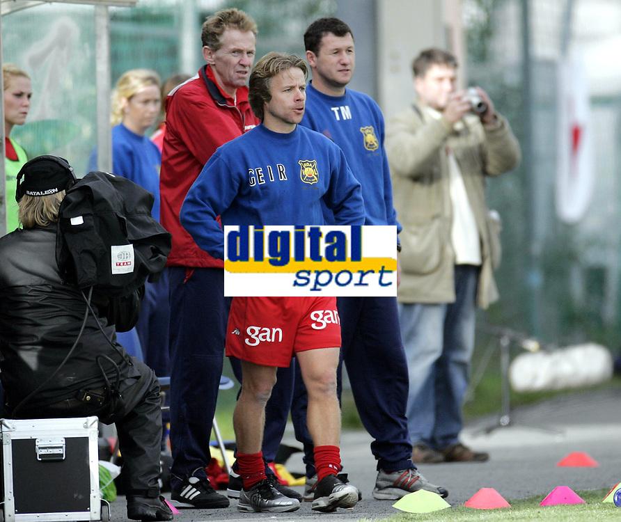 Fotball<br /> Toppserien kvinner 2006<br /> 07.10.2006<br /> R&oslash;a v Trondheims-&Oslash;rn 0-1<br /> Foto: Morten Olsen, Digitalsport<br /> <br /> Geir Nordby - trener R&oslash;a<br /> Tomi Markovski - trener R&oslash;a<br /> Ole Bj&oslash;rn Edner - assistenttrener R&oslash;a