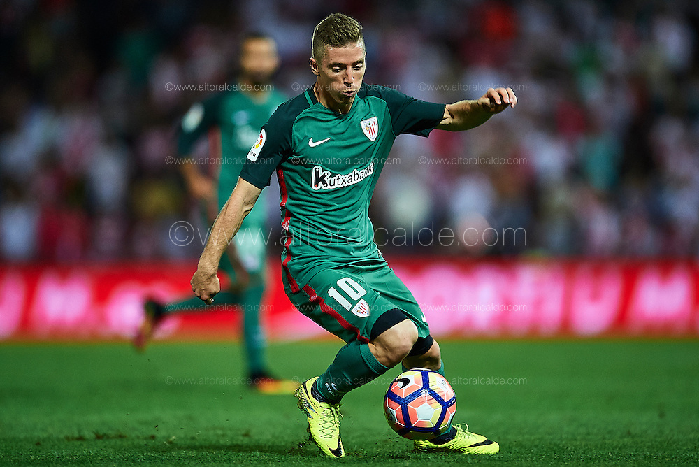 GRANADA, SPAIN - SEPTEMBER 21:  Iker Muniain of Athletic Club in action during the match between Granada CF vs SD Eibar as part of La Liga at Nuevo los Carmenes Stadium on September 11 on September 21, 2016 in Granada, Spain.  (Photo by Aitor Alcalde Colomer/Getty Images)