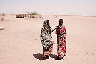 Tørke i Kenya, Afrikas horn. I det Nordøstlige område har det ikke i 4 år og alt er knas tørt, vandhullerne er tørret ud og folk må bruge alt deres energi på at skaffe vand. Nomadefolket der lever i det nordøstlige Kenya har mistet næsten alle deres geder, kvæg og kameler, som er døde som følge af tørken. Der er ingen græs eller anden mad til dyrene tilbage og vandressourserne sparsomme. Det er dyr som er livsvigtige for nomaderne, da det er alt hvad de ejer og har og uden dyr bliver livet svært og de kan ikke længere skaffe mad selv. I Hadado  flokkes en voksnede befolkning og de to vandtrug, så deres dyr kan få lidt vand og de kæmper for at få deres gule dunke fyldt op med vand. Byen ligger midt i et område som mest ligner en ørken og alt er sandet til og hele tiden kommer der små hvivel vinde der blæser sandet rundt i luftet.
