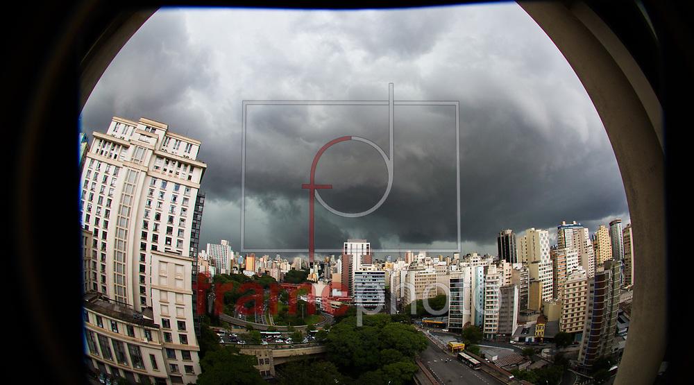 Nuvens carregadas cobriram a região Central de São Paulo na tarde desta sexta-feira (06) FOTO MARCELO D'SANTS/FRAME
