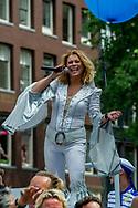AMSTERDAM - <br /> AMSTERDAM - Antje Monteiro Deelnemers aan de botenparade door de Amsterdamse grachten. De jaarlijkse Canal Parade is onderdeel van de Amsterdam Gay Pride. Tijdens dit evenement vieren lesbiennes, homo's, biseksuelen en transgenders (LHBT) dat ze mogen zijn wie ze zijn en mogen houden van wie ze willen. . copyright robin utrecht
