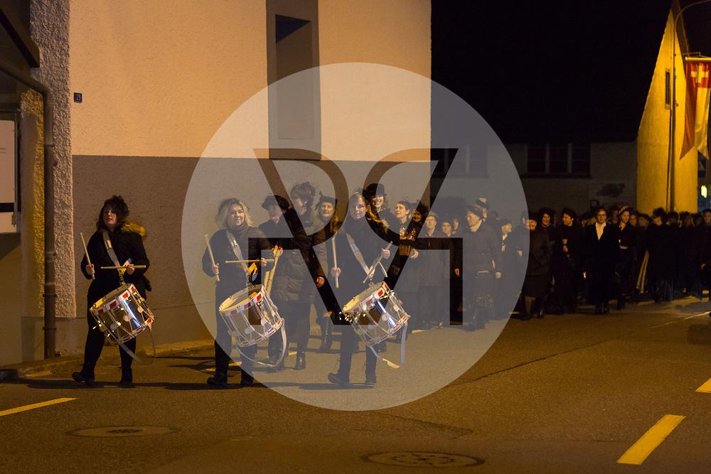 SCHWEIZ - MEISTERSCHWANDEN - Meitlitage 2018, die Frauen und Meitli ziehen mit den Tamburinnen von der Generalversammlung zu den Beizen - 11. Januar 2018 © Raphael Hünerfauth - http://huenerfauth.ch