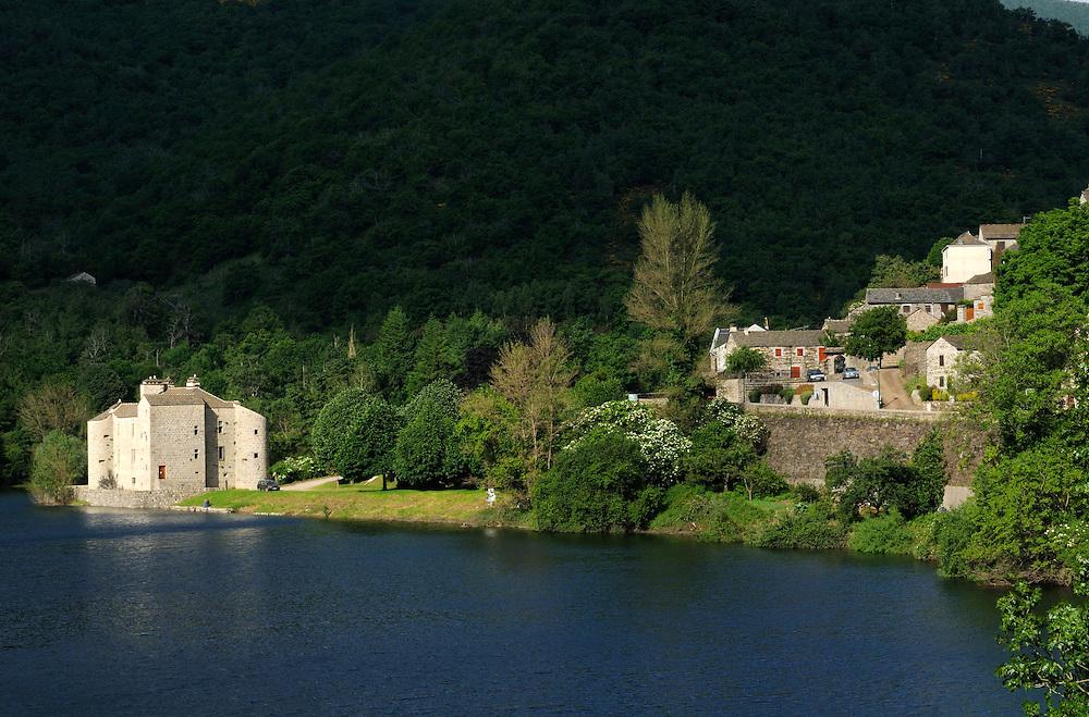 France, Languedoc Roussillon, Lozère (48), Cevennes, Villefort, le lac, le Castanet