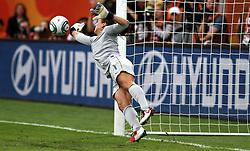 10.07.2011, Glückgas Stadion, Dresden,  GER, FIFA Women Worldcup 2011, Viertelfinale , Brasil (BRA) vs USA (USA)  im Bild   . Torhüterin Hope Solo (USA) hält im Elfmeterschiessen den Schuss von Daiane (BRA) .//  during the FIFA Women Worldcup 2011, Quarterfinal, Germany vs Japan  on 2011/07/10, Arena im Allerpark , Wolfsburg, Germany.  .EXPA Pictures © 2011, PhotoCredit: EXPA/ nph/  Hessland       ****** out of GER / CRO  / BEL ******