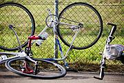 Voor de start worden de fietsen door de organisatie op andere plekken en in gekke standen gezet om het moeilijker te maken. In Nieuwegein wordt het NK Fietskoerieren gehouden. Fietskoeriers uit Nederland strijden om de titel door op een parcours het snelst zoveel mogelijk stempels te halen en lading weg te brengen. Daarbij moeten ze een slimme route kiezen.<br /> <br /> Bikes are places in strange places before the start by the organisation to make it more difficult. In Nieuwegein bike messengers battle for the Open Dutch Bicycle Messenger Championship.