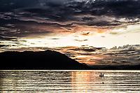 Silhueta de barco, no Ribeirão da Ilha ao anoitecer. Florianópolis, Santa Catarina, Brasil. / Silhouette of a boat in Ribeirao da Ilha at dusk. Florianopolis, Santa Catarina, Brazil.