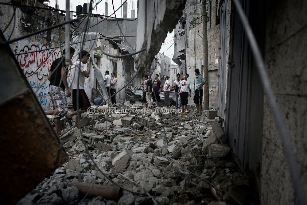Gaza Strip, Jabalya: Palestinians look at the destroyed by Israeli airstrike Salah Al Deen mosque (not seen) in Jabalya, a city located few kilometres north of Gaza. ALESSIO ROMENZI