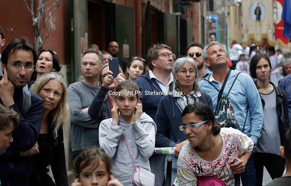 Napoli 15 aprile 2017<br /> Folla di turisti a Napoli e misure di prevenzione antiterrorismo<br /> Ph: Stefano Renna<br /> Nella foto : Fujenti devoti alla Madonna nei quartieriSpagnoli grande attrazione turistica.