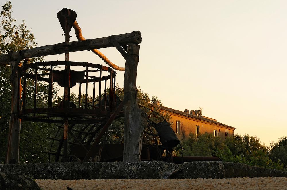 France, Languedoc Roussillon, Gard, Uzège, Saint-Quentin-la-Poterie, Mas de Licon, jardin de la Noria, créé par Eric Ossart et Arnaud Maurières, la noria