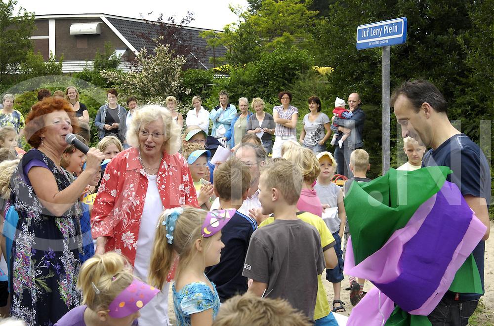 090626 hoonhorst ned..Juf Leny van Eck neemt na 42 jaar afscheid op de school in Hoonhorst. Zij werd opgehaald met een koets waarna zij werd toegezongen door de kinderen...Als klap op de vuurpijl werd ook nog het schoolplein omgetoverd tot het Juf Leny plein...FFU Press Agency©2009 michiel van de velde ..