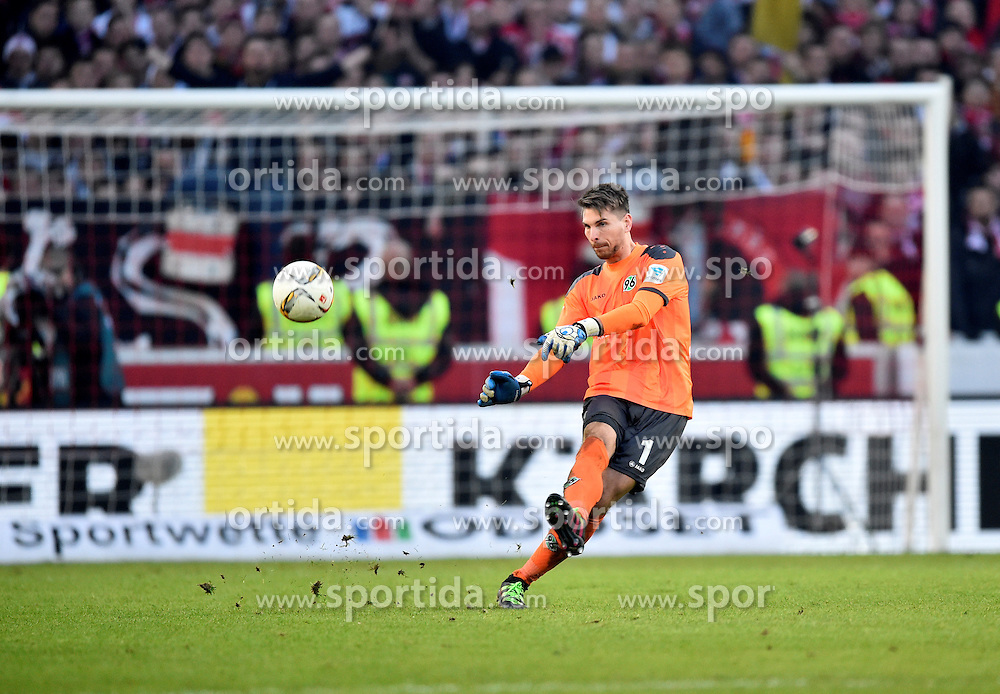 27.02.2016, Mercedes Benz Arena, Stuttgart, GER, 1. FBL, VfB Stuttgart vs Hannover 96, 23. Runde, im Bild Abstoss Torwart Ron-Robert Zieler Hannover 96 // during the German Bundesliga 23th round match between VfB Stuttgart and Hannover 96 at the Mercedes Benz Arena in Stuttgart, Germany on 2016/02/27. EXPA Pictures &copy; 2016, PhotoCredit: EXPA/ Eibner-Pressefoto/ Weber<br /> <br /> *****ATTENTION - OUT of GER*****