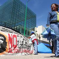 Oaxaca, Oax.- Maestros de Oaxaca bloquean los accesos al Congreso del estado, impidiendo el paso a los medios de comunicación los cuales han sido agredidos en los ultimos días. Los maestros convocaron a otra mega marcha el proximo miercoles para mostrar la resistencia y aseguran no cederan ante las amenazas del Gobierno Estatal. Agencia MVT / Eder Lopez. (DIGITAL)<br /> <br /> NO ARCHIVAR - NO ARCHIVE