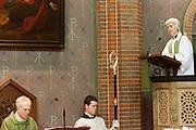 Aartsbisschop Joris Vercammen (links) luistert naar de eerste toespraak van Annemieke Duurkoop als plebaan. Op zondag 31 oktober is in de Getrudiskathedraal in Utrecht  Annemieke Duurkoop als eerste vrouwelijke plebaan van Nederland geïnstalleerd. Duurkoop wordt de nieuwe pastoor van de Utrechtse parochie van de Oud-Katholieke Kerk (OKK), deze kerk heeft geen band met het Vaticaan. Een plebaan is een pastoor van een kathedrale kerk, die eindverantwoordelijk is voor een parochie. Eerder waren bij de OKK al twee vrouwelijk priesters geïnstalleerd, maar die zijn geen plebaan.<br /> <br /> Archbishop Joris Vercammen is listenig to the first speech of Annemieke Duurkoop as dean. At the St Getrudiscathedral in Utrecht the first female dean of the Old-Catholic Church (OKK), Annemieke Duurkoop, is installed together with a new pastor Bernd Wallet. The church has no connections with the Vatican.