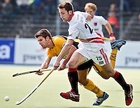 AMSTELVEEN - HOCKEY -  A'dam-speler Roc Oliva (l) in duel met de Spanjaard Marc Torrente , tijdens de EHL K.O. hockeywedstrijd tussen  de mannen van Amsterdam en het Spaanse Atletic Terrassa . COPYRIGHT KOEN SUYK