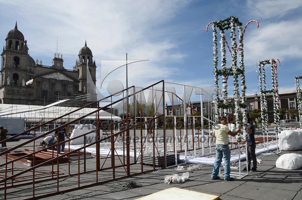 Toluca, México.- Trabajadores inician la construccion de la villa navideña que estará en la Plaza de los Mártires en las proximas fiestas decembrinas. Agencia MVT / Arturo Hernández S.