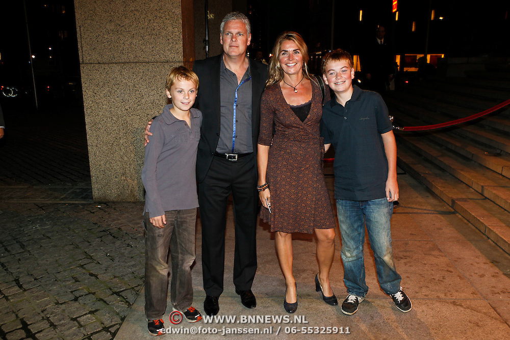 NLD/Rotterdam/20101003 - Uitreiking Edison Popprijzen 2010, joep van Deudekom, partner Machteld van Rees en zonen Bram en Thijs