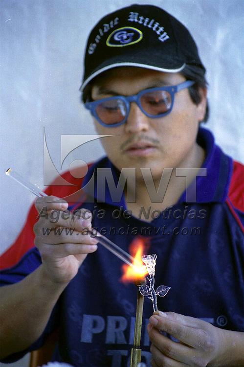 Toluca, Méx.- Elaboración de figuras de ornato en vidrio. Agencia MVT / Mario Vázquez de la Torre.