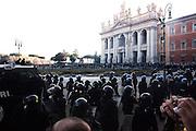 ROMA. LE FORZE DELL'ORDINE ENTRANO IN PIAZZA SAN GIOVANNI DOPO DUE ORE DI SCONTRI CON LE FRANGE ESTREME DEL POPOLO INDIGNATO ITALIANO;