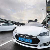 Nederland, Amsterdam Schiphol , 16 oktober 2014.<br /> De eerste electrische taxi's van het merk Tesla presenteren zich op de taxistandplaatsen van vliegveld Schiphol<br /> Foto:Jean-Pierre Jans