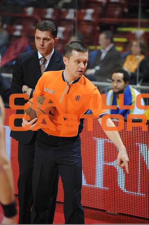DESCRIZIONE : Milano Eurolega 2009-10 Armani Jeans Milano EWE Baskets Oldenburg<br /> GIOCATORE : Arbitro Referees<br /> SQUADRA : Armani Jeans Milano<br /> EVENTO : Eurolega 2009-2010<br /> GARA : Armani Jeans Milano EWE Baskets Oldenburg<br /> DATA : 09/12/2009<br /> CATEGORIA : Arbitro Referees<br /> SPORT : Pallacanestro<br /> AUTORE : Agenzia Ciamillo-Castoria/G.Ciamillo<br /> Galleria : Eurolega 2009-2010<br /> Fotonotizia : Milano Eurolega 2009-10 Armani Jeans Milano EWE Baskets Oldenburg<br /> Predefinita :